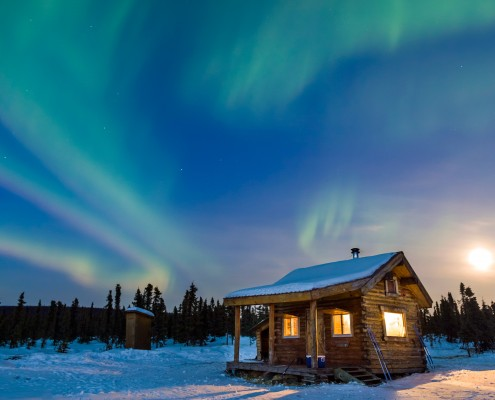 alaska-cabin-northern-lights